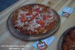 פיצה ישר מהטאבון בתוספת עגבניוות עם 100% מוצרלה